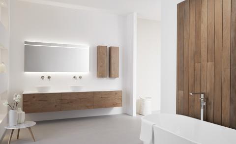 Hout in de badkamer